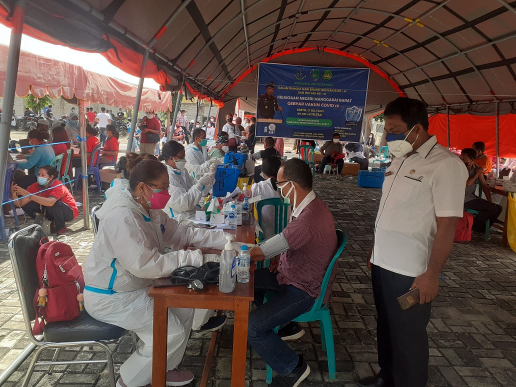 Vaksin covid-19 oleh Kejari Mabar untuk warga Labuan Bajo (FOTO/Rio)