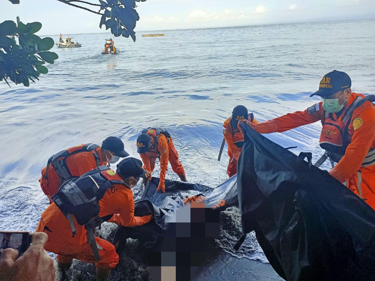 Proses evakuasi jasad korban (FOTO/Ist)