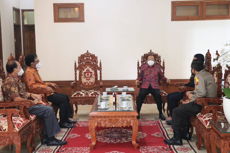 Gubernur Bali Wayan Koster didampingi Kepala Dinas Pendidikan Kepemudaan dan Olahraga Provinsi Bali Boy Jayawibawa menerima kunjungan Ketua Komite Olahraga Nasional Indonesia (KONI) Bali I Ketut Suwandi, Selasa (10/8) di Jaya Sabha, Denpasar.
