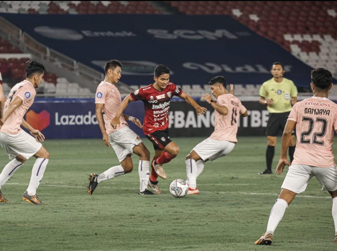 Suasana pertandingan Bali United vs Persik