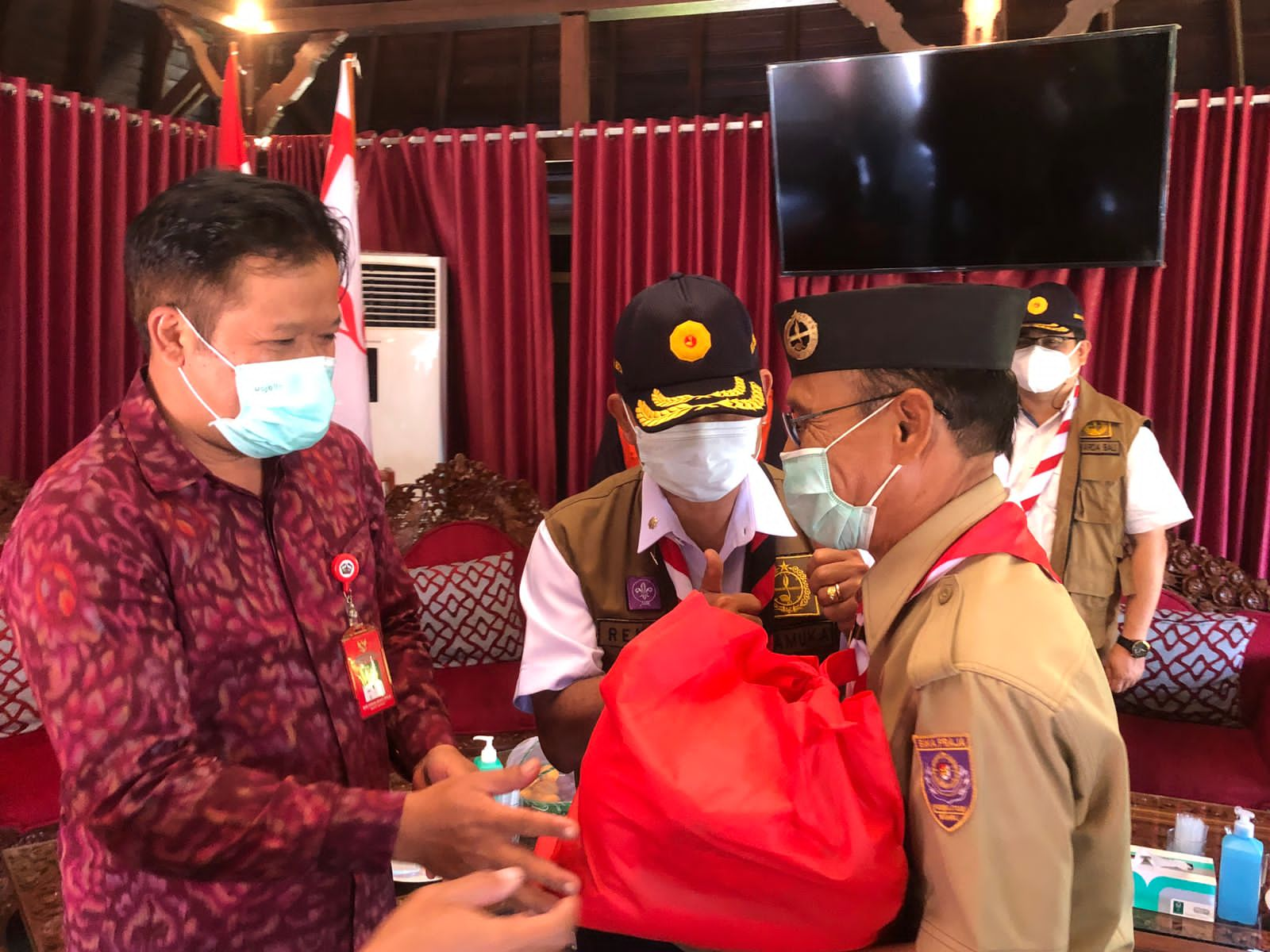 Kakwarda Pramuka Bali, I Made Rentin (kanan) serahkan sembako