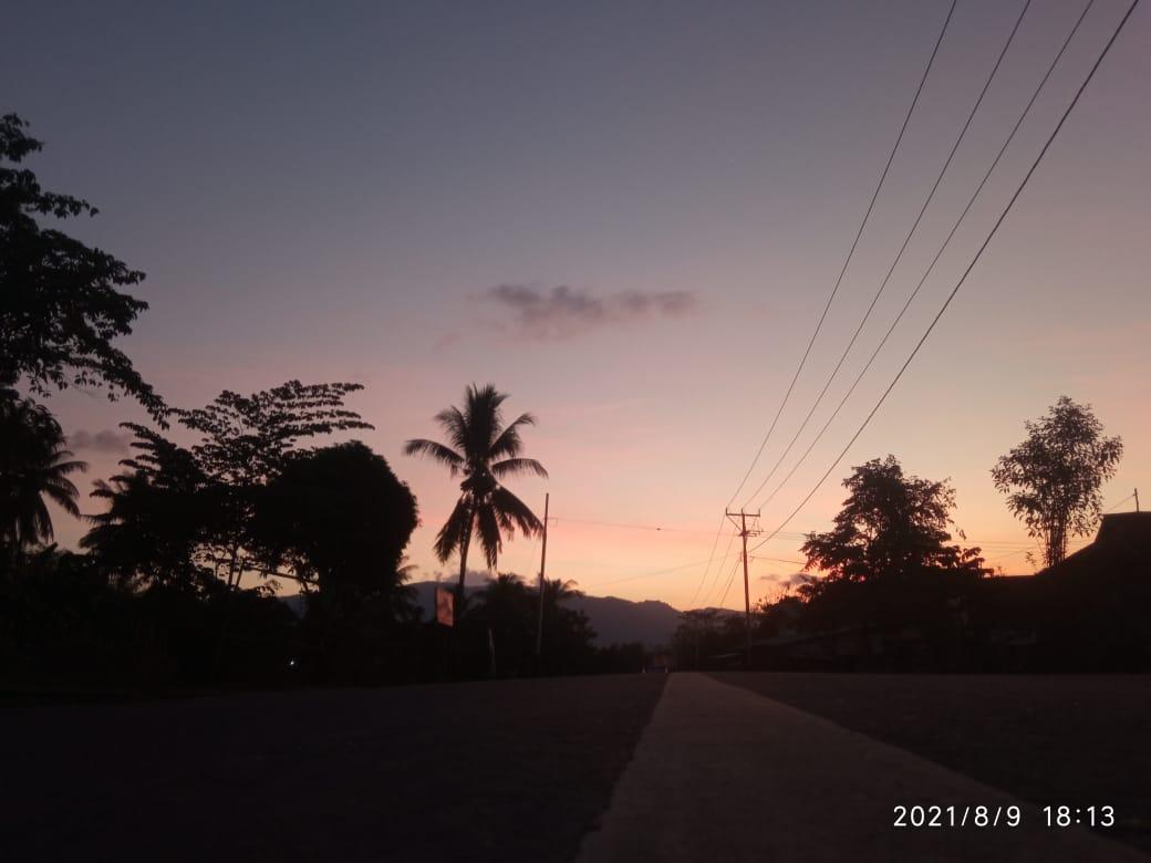 Tiang-tiang listrik telah terpasang di desa Mbuit Kecamatan Boleng Manggarai Barat.