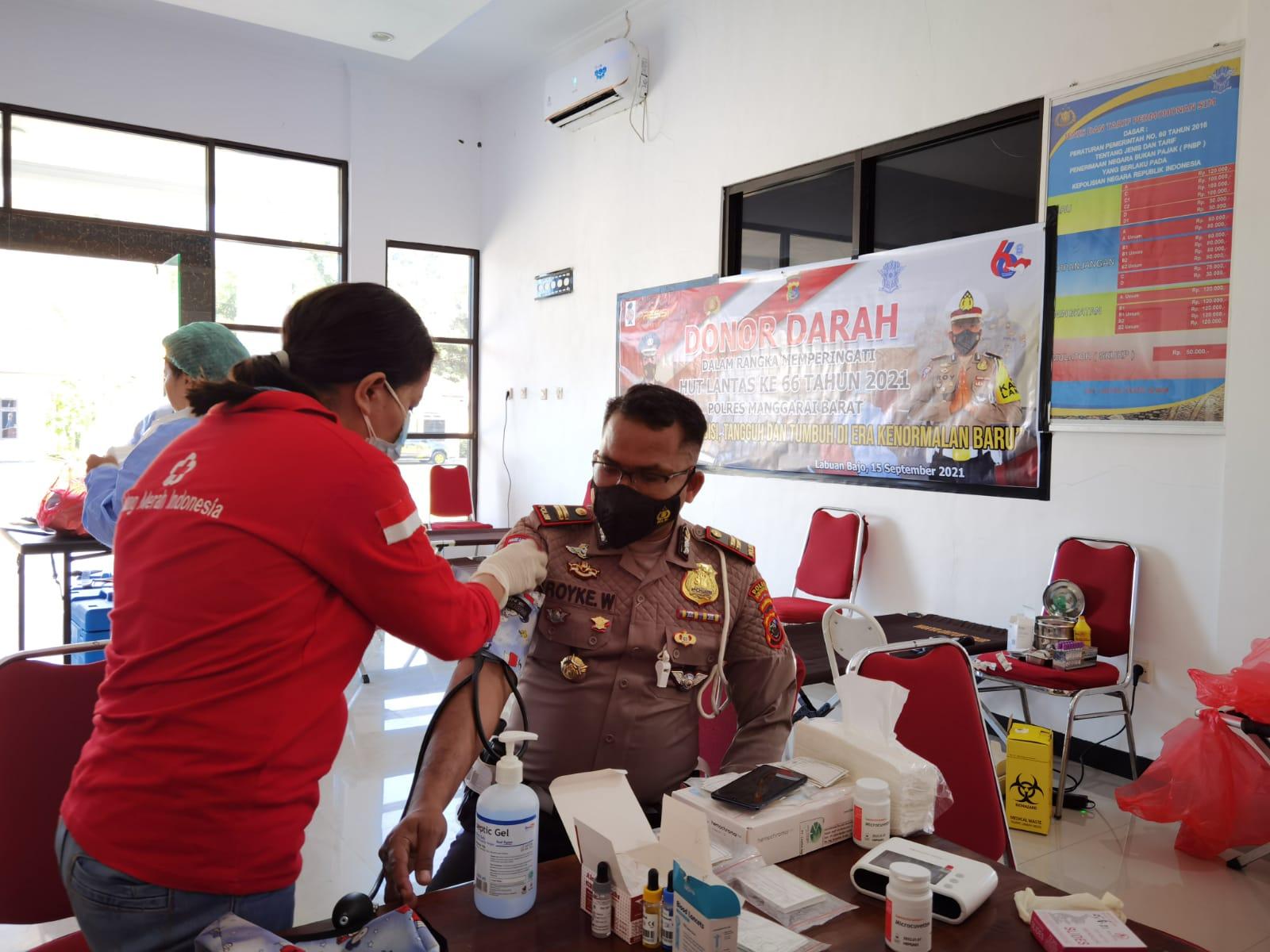 Kasat Lantas Polres Mabar IPTU Royke Weridity sedang melakukan donor darah