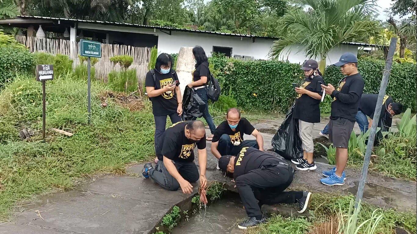 Bersih-bersih lingkunan jadi salah satu kegitan peringatan HUT GM FKPPI Bali.