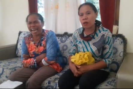 Melania Mamu (kiri) dan temannya Bergita.