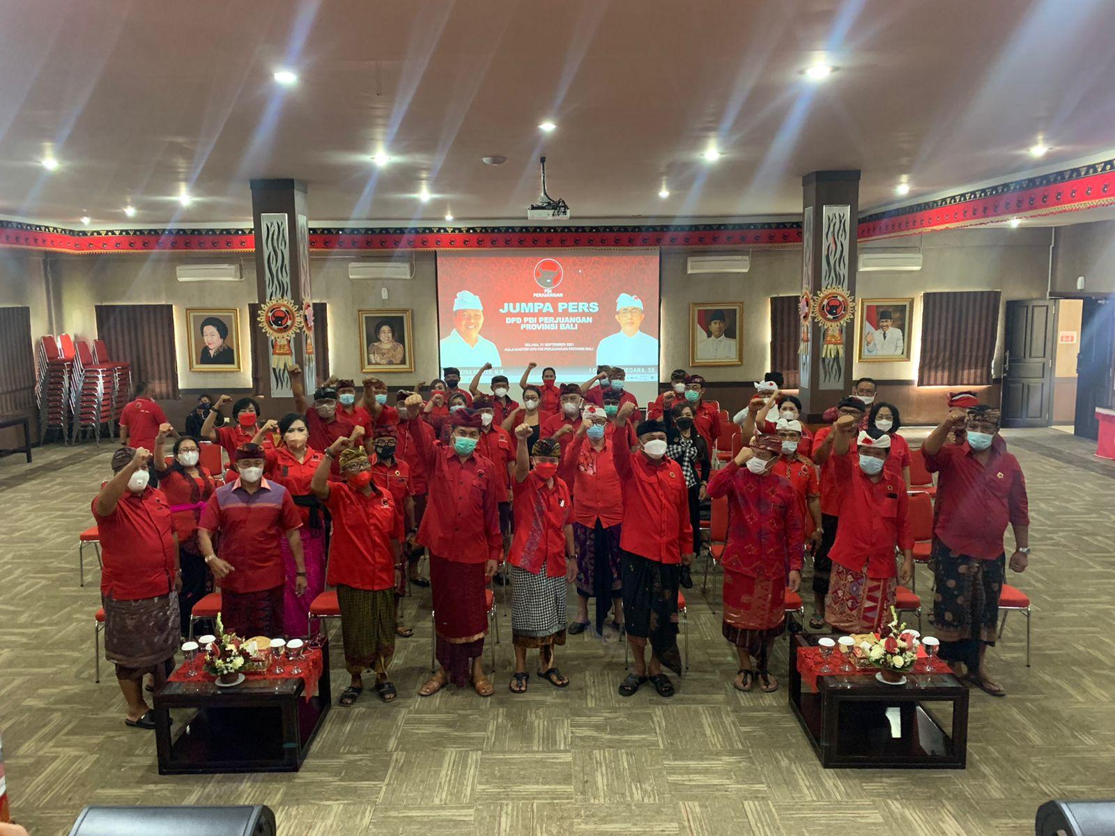 Jajaran kader PDIP mengepalkan tangan setelah Bersama membaca pernyataan membela Gubernur Bali Wayan Koster.
