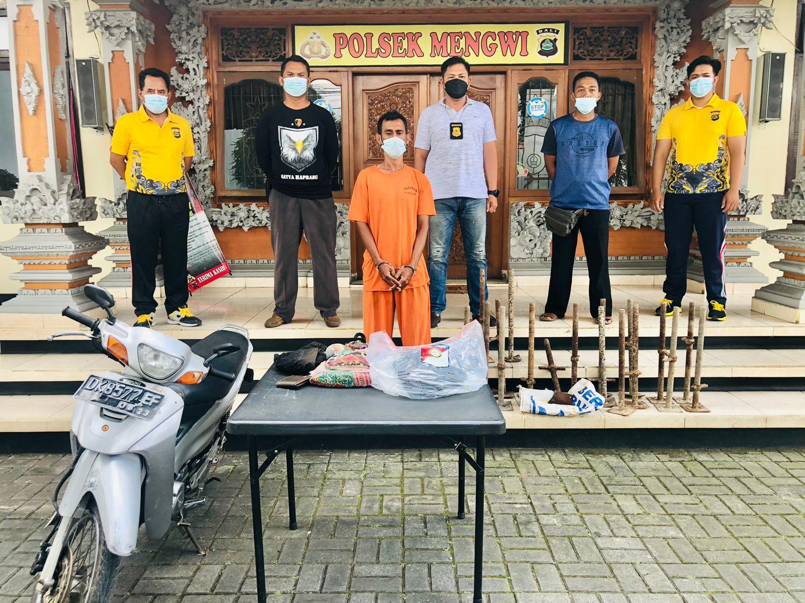 Pelaku ditahan di Polsek Mengwi.