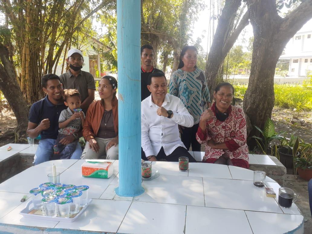 Wakil Bupati Manggarai, Heribertus Ngabut (tengah) saat mengunjungi para tahanan kasus Golo Mori di labuan Bajo.